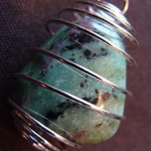 Pendentif en pierre roulée avec spirale